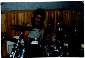 """Johan Pahnke lägger trummor till skivan """"Esterland"""" juli 1997."""